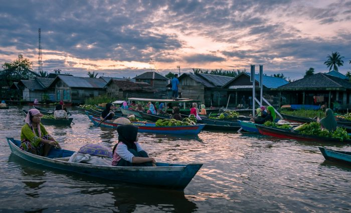 Kalimantan_floating_market_by_Onny_Carr.jpg