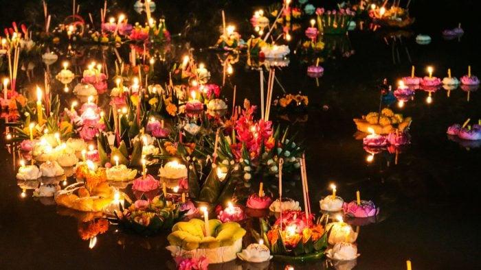 Loi-Krathong-water-lantern-festival-2.jpg