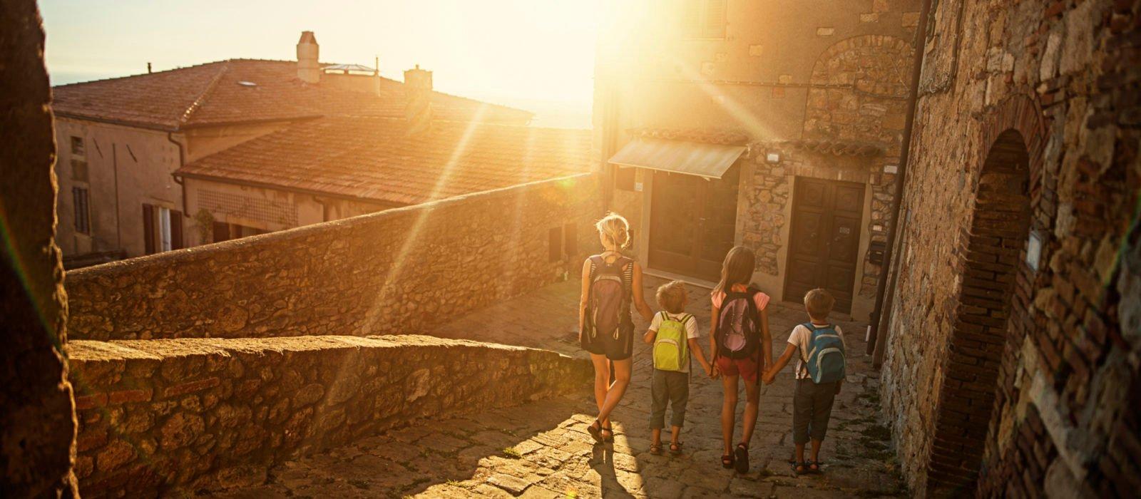 family-tuscan-street-italy