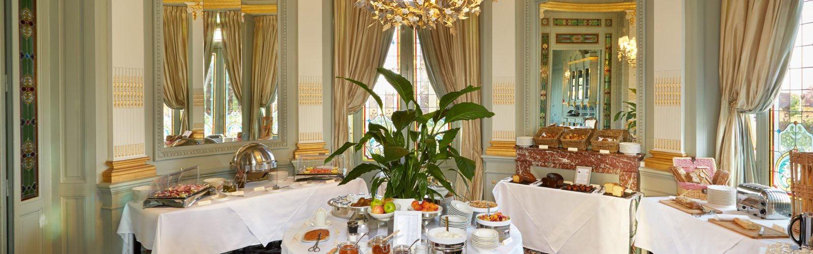 chateau-grand-barrail-dining-room