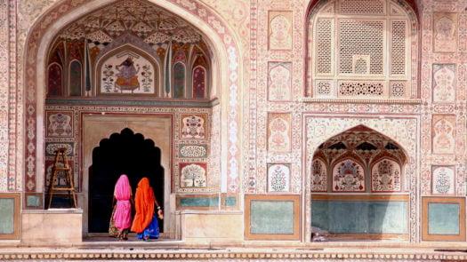 women-amber-fort-jaipur-india