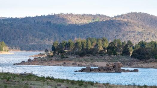 rocks-lake-jindabyne-dusk